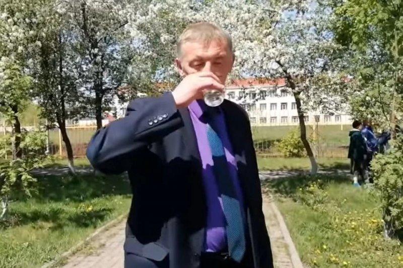 Чиновник, выпивший воду с червями, стал человеком года